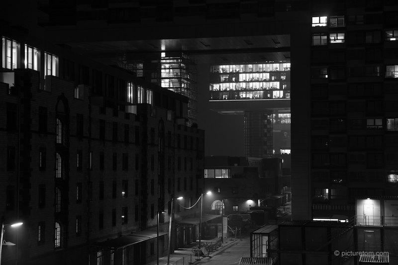 Kranhäuser bei Nacht